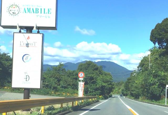 ①峠を超えると、左手に「アマーヒレ」というレストランが見えます。