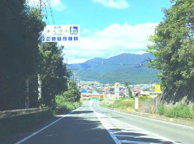 ②菊川の町が見えてきます。道の駅きくがわの案内板があります。