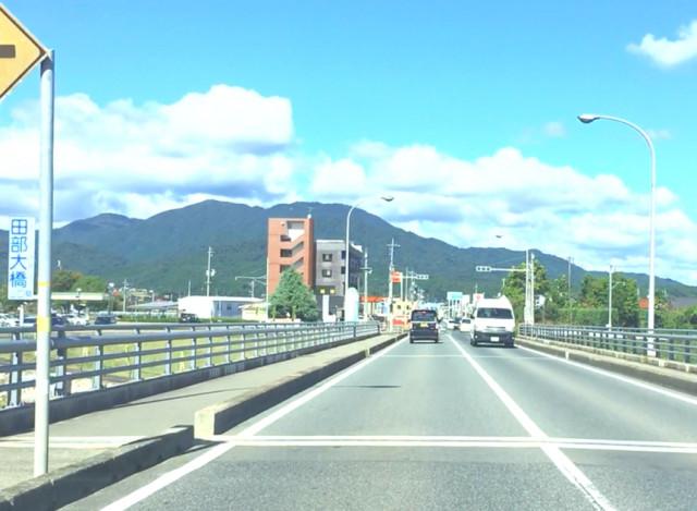 ④田部高校を通り過ぎ、田部大橋を渡ります。