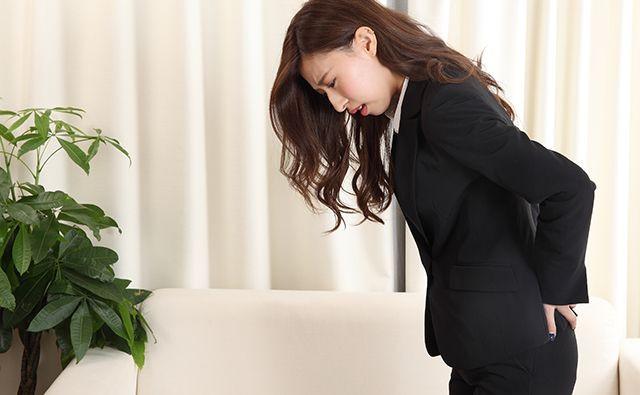 坐骨神経痛で苦しむ女性