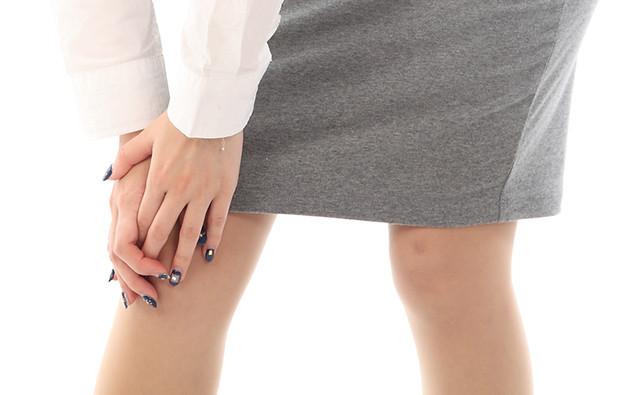 膝痛の女性