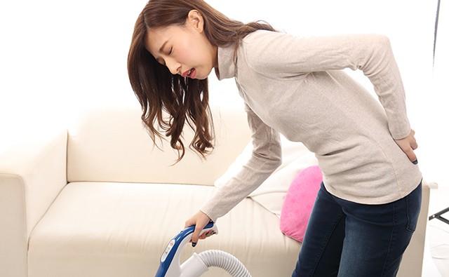 家事のとき腰痛で悩む女性